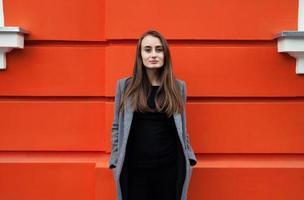 giovane donna sul muro arancione