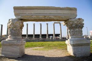 colonne e rovine in agorà di smirne izmir turchia 2014 foto