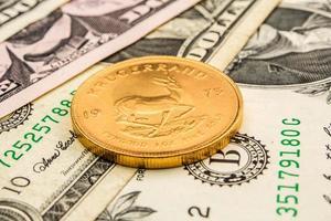 dollaro americano sostenuto dall'oro foto