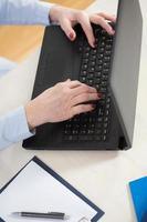 donna che utilizza un computer foto