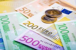 primo piano delle banconote e monete in euro foto