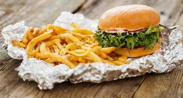 delizioso hamburger sul tavolo foto