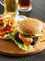 hamburger con patatine fritte foto
