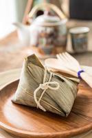 zongzi o gnocchi di riso appiccicoso con tè foto
