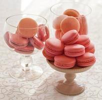 ciotola di vetro macarons su sfondo bianco