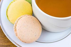macaron del primo piano e tazza di tè foto