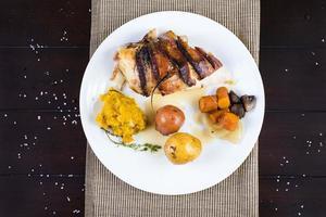 piatto di petto di pollo avvolto in pancetta foto