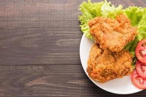 petto di pollo fritto su uno sfondo di legno foto