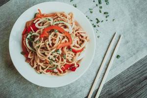 ciotola di spaghetti cinesi con verdure e pollo tagliuzzato