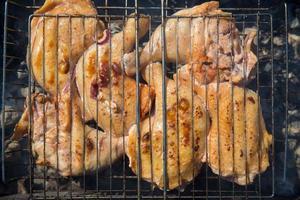 cosce di pollo alla griglia in un reticolo foto