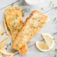 vista dall'alto di pesce e patatine fritte foto