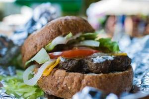 hamburger caldo fuori dalla griglia foto