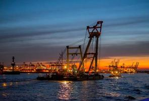 gru nel porto di Amburgo foto