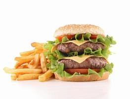 hamburger e patate fritte isolati foto