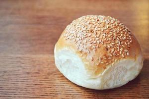 gustoso panino con semi di sesamo sul tavolo di legno