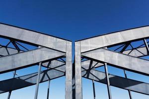 costruzione del ponte ferroviario contro il cielo al sole foto