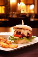 hamburger di agnello ciabatta con patate fritte foto