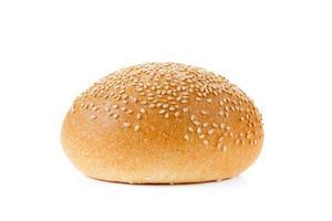 panino con semi di sesamo isolato su uno sfondo bianco foto
