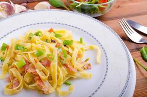 pasta italiana con cipollotto e pancetta foto