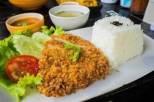 maiale fritto (tonkatsu) con riso foto