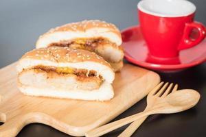 delizioso hamburger di maiale fritto nel grasso bollente foto