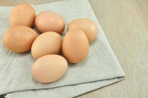 uova sullo sfondo del tessuto