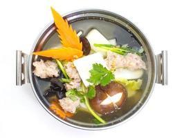 zuppa delicata con cagliata di verdure, maiale, funghi e fagioli foto