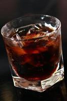 bicchiere di whisky su un tavolo da bar foto