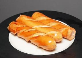 hot dog di salsiccia di maiale fritto foto