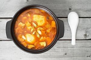 zuppa tradizionale coreana di kimchi in un vaso di terracotta foto