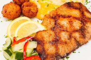 salmone alla griglia con patate al formaggio. foto