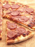 pizza al salame piccante foto
