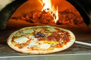pizza italiana con condimenti foto