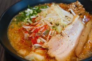 tagliatella di maiale giapponese o ramen, piccante e delizioso foto
