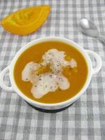 zuppa di zucca con muschio di cocco foto