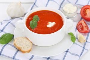 zuppa di pomodoro con pomodori in tazza foto