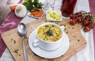 porzione di zuppa fresca fatta foto