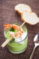 zuppa di piselli e cappuccino con gamberi foto