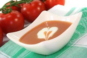 zuppa di pomodoro con cucchiaiata di panna foto