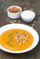 zuppa di carote con mandorle e crescione, verticale foto