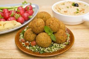 falafel e tabbouleh foto