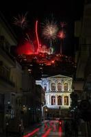 pasqua greca sull'isola greca di syros, con fuochi d'artificio foto