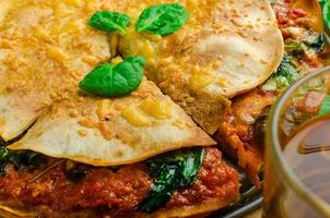 tortilla vegetariana e salsa bolognese