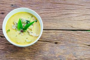 curry verde tailandese del pollo con vecchio fondo di legno