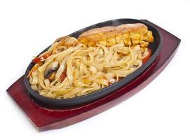 tagliatelle tailandesi con curry di pasta foto