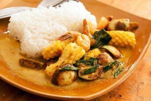 curry verde tailandese del gambero e del calamaro