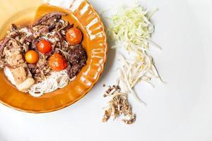 tagliatelle nordiche tailandesi mangiate con curry foto