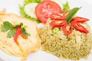 riso fritto con curry verde, alimento tailandese foto