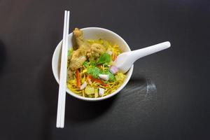 khao sawy zuppa di curry di pasta tailandese settentrionale con pollo