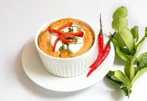 pesce al vapore con pasta di curry in tazza, cibo tailandese foto